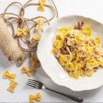 piatto di farfalle all'uovo con gorgonzola e speck