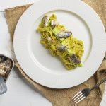 piatto di fettucine integrali con pesto integrali e sarde