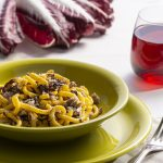 piatto di gramigna con radicchio, porri e salsiccia