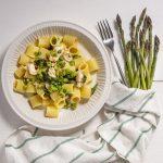 piatto di mezze maniche con asparagi e mazzancolle