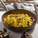 piatto di pappardelle con salsiccia, chiodini e zafferano