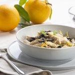 piatto di penne con finocchi, arancia e olive