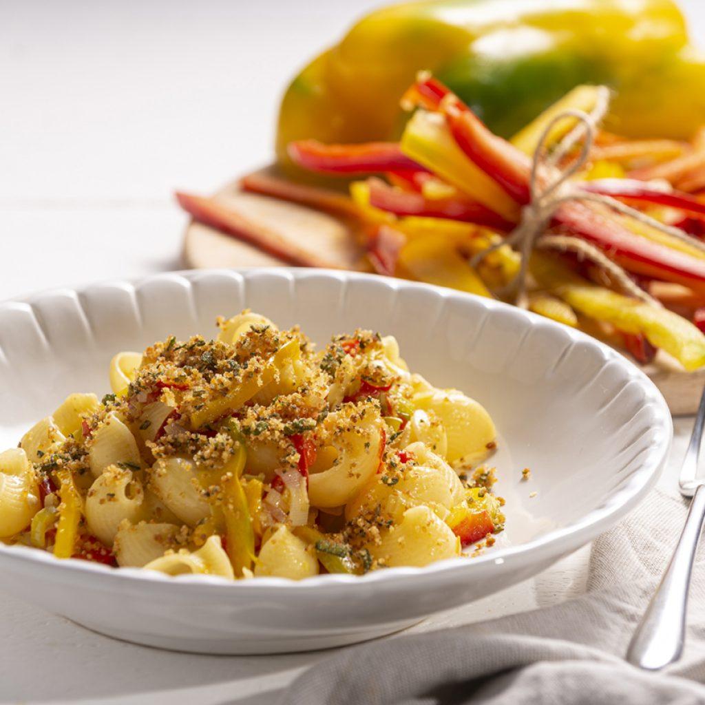 piatto di pipe con porri e peperoni alle erbe aromatiche