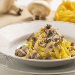 piatto di rustiche con funghi, salsiccia e salsa tartufata