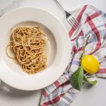 piatto di spaghetti con topinambur e sesamo croccante