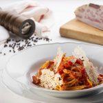 piatto di spaghettoni all'amatriciana