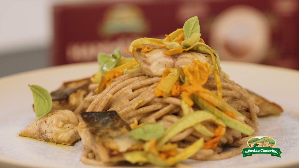 piatto di spaghetti Hammurabi con fiori di zucca e sgombro marinato